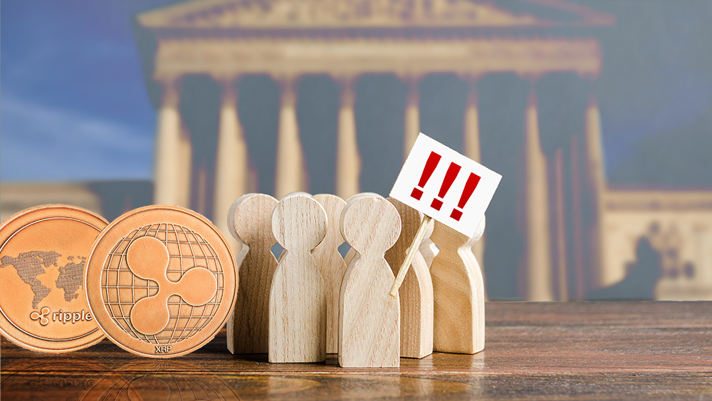 Monedas de Ripple junto a figuras de personas protestando con tribunal en el fondo. Composición por CriptoNoticias. jirkaejc / elements.envato.com; twenty20photos / elements.envato.com; Mint_Images / elements.envato.com.