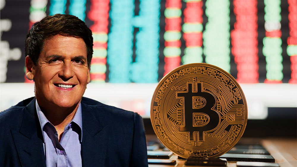 Mark Cuban junto a moneda de bitcoin sobre computadora con información del mercado en el fondo. Composición por CriptoNoticias. Texas Business Hall of Fame Foundation / texasbusiness.org; Panxunbin / elements.envato.com.