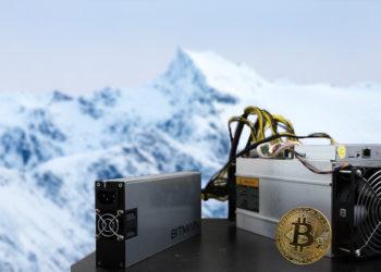 Mineros y moneda de bitcoin sobre mesa con paisaje ártico en el fondo. Composición por CriptoNoticias. kjekol / elements.envato.com; InstagramFOTOGRAFIN / pixabay.com; merc67 / elements.envato.com.