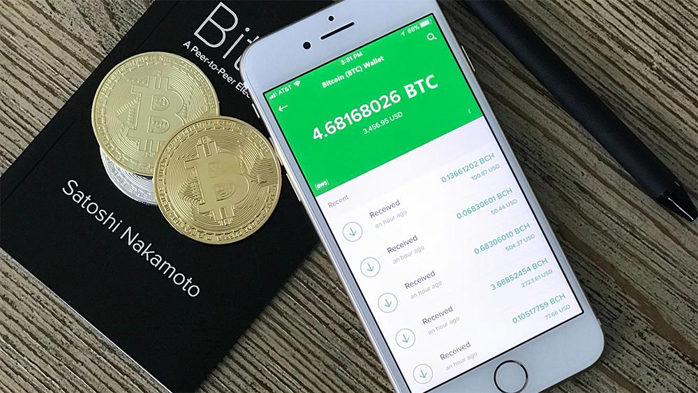Saldo de bitcoin en teléfono junto a monedas de bitcoin sobre mesa. Fuente: David Shares / unsplash.com