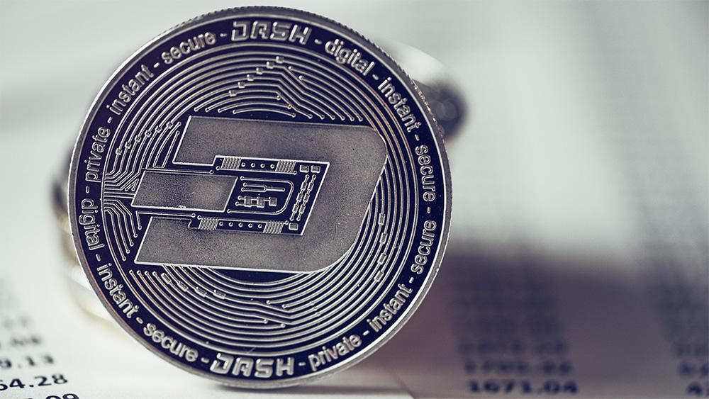 Moneda de Dash sobre documentos. Fuente: stevanovicigor / elements.envato.com