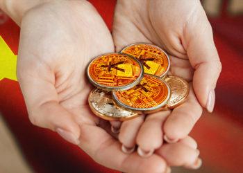 Mujer sostiene monedas de yuan digital en sus manos con bandera de China en el fondo. Composición por CriptoNoticias. rawpixel / freepik.com; johan10 / elements.envato.com; wirestock / freepik.com; vadymvdrobot / elements.envato.com.