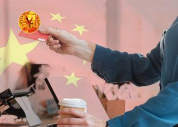 Mujer paga en cafetería con tarjeta de yuan digital con bandera de China en el fondo. Composición por CriptoNoticias. drobotdean / freepik.com; rawpixel / freepik.com; johan10 / elements.envato.com; wirestock / freepik.com.