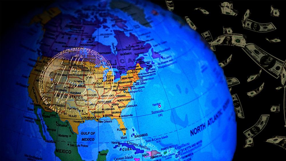 Moneda de Bitcoin sobre Norteamérica en globo terráqueo con dólares cayendo en el fondo. Composición por CriptoNoticias. TheDigitalWay /  Pixabay.com ; Panxunbin /   elements.envato.com; Patrick Pascal Schauß /  Pixabay.com.