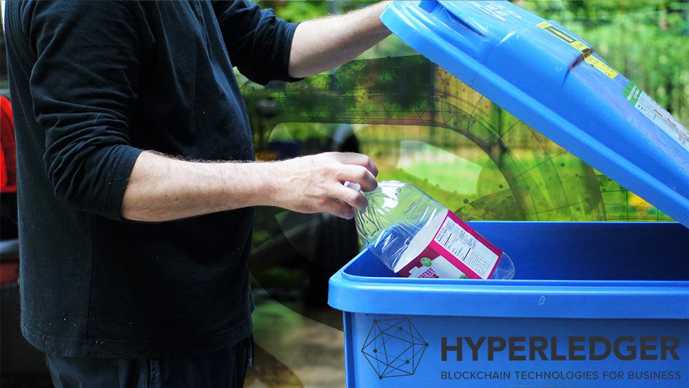 Hombre recicla botella de plástico en basurero con logo de Hyperledger y blockchain en el fondo. Composición por CriptoNoticias. iLexx / elements.envato.com; Hyperledger / hyperledger.org; twenty20photos / elements.envato.com.