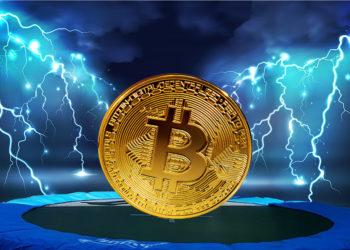 Moneda de Bitcoin rebotando sobre trampolín con red de relámpagos en el fondo. Composición por CriptoNoticias. PxHere / pxhere.com; macrovector / freepik.com; ESchweitzer / elements.envato.com.