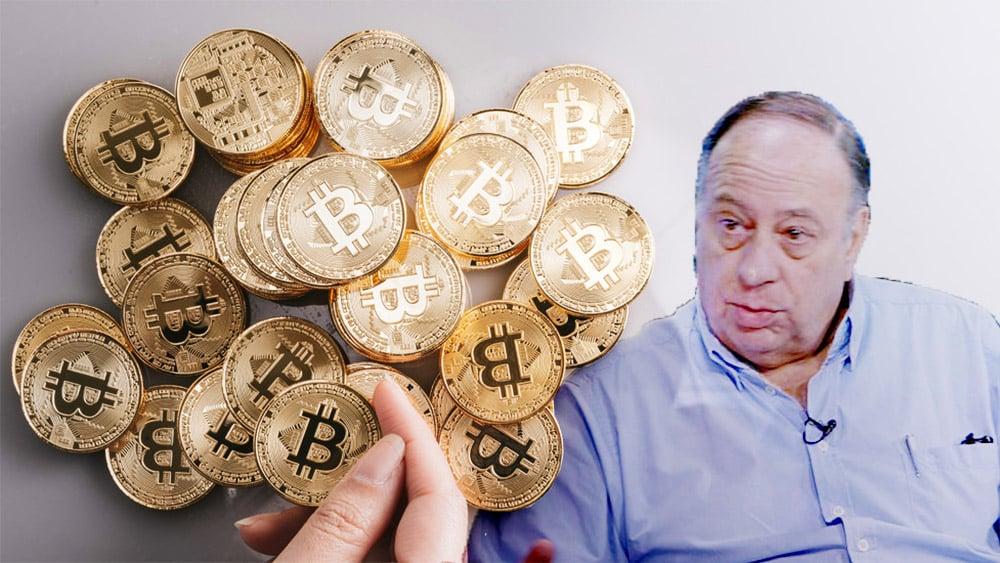 Mujer sostiene moneda de bitcoin con Roberto Cachanosky en el fondo. Composición por CriptoNoticias. Luis Novaresio / kuisnovaresio.com; bitcointere / pxhere.com.