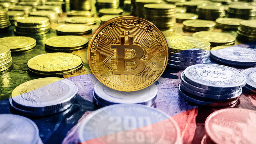 Moneda de Bitcoin sobre monedas de pesos colombianos con bandera de Colombia superpuesta. Composición por CriptoNoticias. ESchweitzer / elements.envato.com; wirestock / freepik.com; caruizp / pixabay.com.