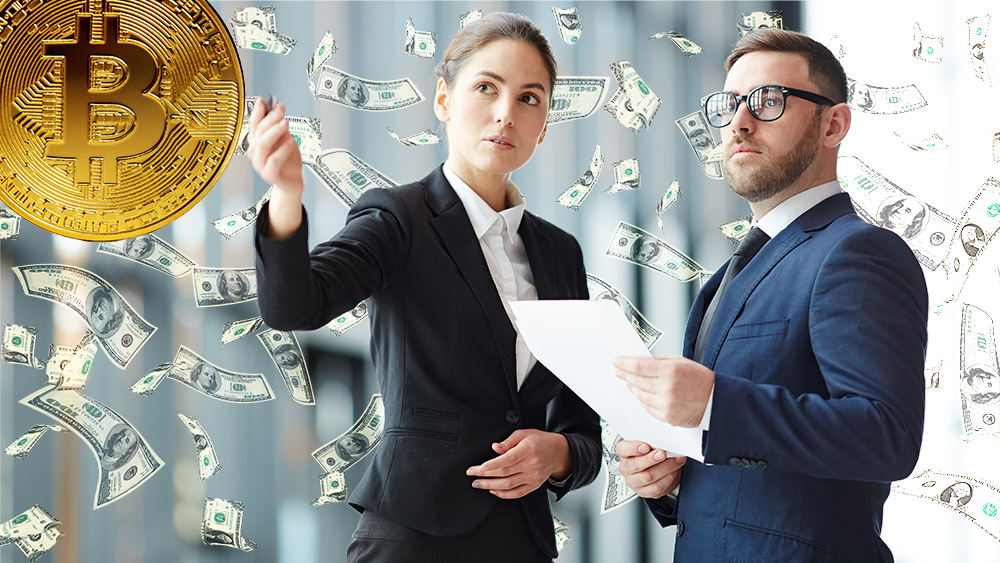 Inversionistas observan moneda de Bitcoin con billetes cayendo en el fondo. Composición por CriptoNoticias. ESchweitzer / elements.envato.com; Pressmaster / elements.envato.com; Patrick Pascal Schauß /  Pixabay.com
