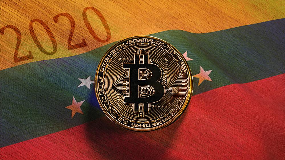 Moneda de Bitcoin sobre mesa de madera con bandera de Venezuela superpuesta. Composición por CriptoNoticias. stevanovicigor / elements.envato.com; wirestock / freepik.com.