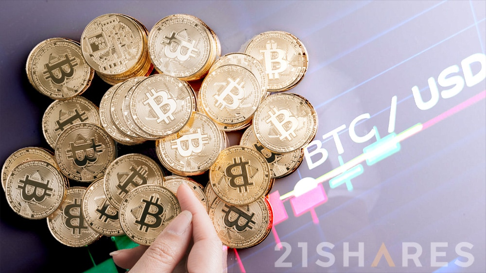 Mano sosteniendo moneda de Bitcoin con monedas de bitcoin apiladas sobre superficie con gráfico de precio con logo de 21Shares. Composición por CriptoNoticias. 21shares / 21shares.com; bitcointere / pxhere.com; avanti_photo / elements.envato.com.