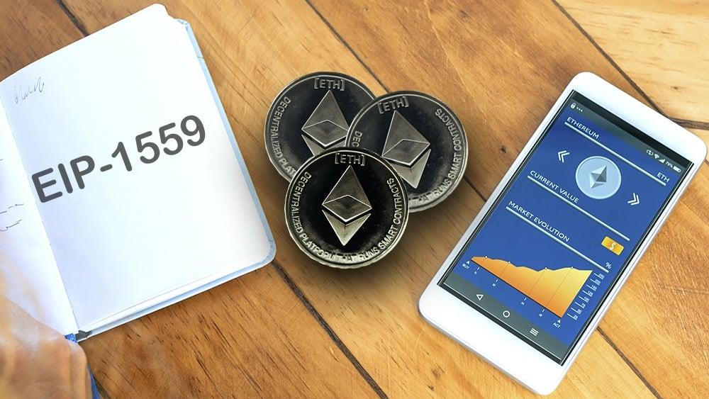 Libreta con EIP-1559, monedas de Ethereum con estatus de criptomoneda en celular.