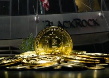 Moneda de Bitcoin entre pila de monedas con edificio de Black Rock en el fondo. Composición por CriptoNoticias. anankkml / elements.envato.com; Americasroof / wikipedia.org.