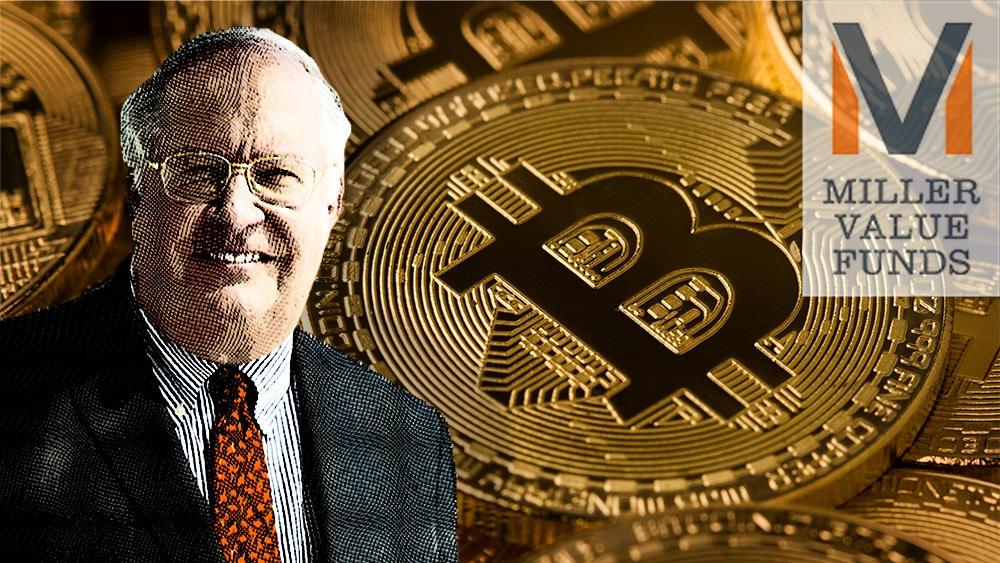 Bill Miller junto a logo de Miller Value Funds con monedas de bitcoin en el fondo. Composición por CriptoNoticias. Miller Value Funds / millervaluefund.com; macondoso / elements.envato.com; Miller Value Funds / millervaluefunds.com.