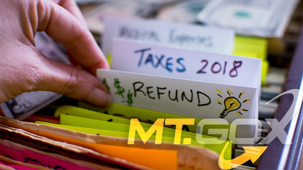 Logo de MTGox sobre mujer seleccionando archivos de reembolso. Composición por CriptoNoticias. Mt.Gox / wikipedia.org; twenty20photos / elements.envato.com.