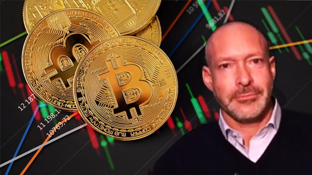 Ross Stevens en frente de monedas de Bitcoin sobre mesa con gráficos de mercado. Composición por CriptoNoticias. jcomp / freepik.com; kjekol / elements.envato.com.