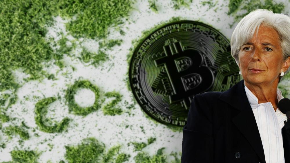 """Christine Lagarde con moneda de bitcoin sobre arena con """"CO2"""" escrito al lado. Composición por CriptoNoticias. Panxunbin /  elements.envato.com ; twenty20photos /   elements.envato.com; MEDEF / flickr.com"""
