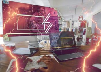 Bombillo digital con logo de Lightning Labs sobre escritorio de programador con relámpagos superpuestos.