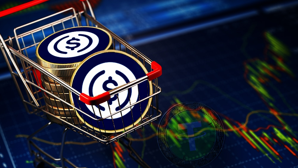 USD coin sobre carrito de compras con fondo de gráfica de Mercado sobrepuesto la stablecoins de Tether.