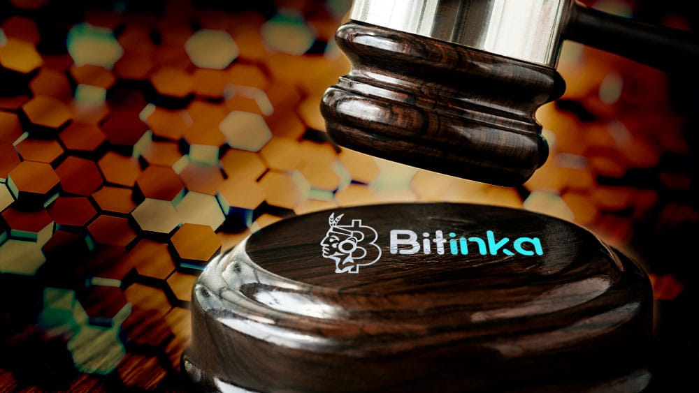 Bitinka y mazo de juez con fondo de patrón de hexágonos. Composición por CriptoNoticias. Fuentes:  Rawpixel  /  elements.envato.com  ;   bitinka /  bitinka.com  ;  photocreo  /  elements.envato.com  .