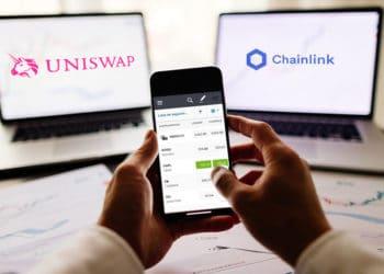 Broker usando la app eToro con dos pantallas de fondo y logos de Uniswap y Chainlink. Composición por CriptoNoticias Fuentes:  avanti_photo  /  ; eToro /  play.google.com ;  Uniswap  /  Wikipedia.org;  chain.link  /  chain.link .