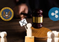 Mesa y maso de juez con logos de SEC y Ripple a los lados y protesta de personas de madera con cartel de XRP. Composición por CriptoNoticias Fuentes:   twenty20photos  /  elements.envato.com  ;  pngegg  /  pngegg.com  ;  cryptologos  /  ;