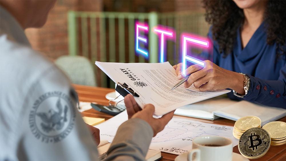 """Mujer presenta documento de Galaxy Digital ante funcionario de la SEC son """"ETF"""" superpuesto y monedas de bitcoin sobre mesa. Composición por CriptoNoticias. Galaxy Digital / galaxydigital.io; johan10 / elements.envato.com; pikisuperstar / freepik.com; SEC / sec.gov; pressfoto / freepik.com."""