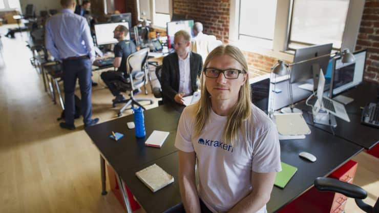 Jesse Powell, CEO de Kraken. Composición por CriptoNoticias. Fuentes:  David Paul Morris   /  cnbc.com .