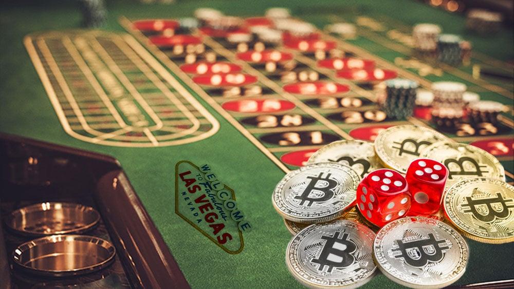 Mesa de juegos con bitcoin y logo de las vegas