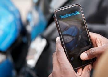 Choque de autos fotografiado con celular y logo de Metromile.
