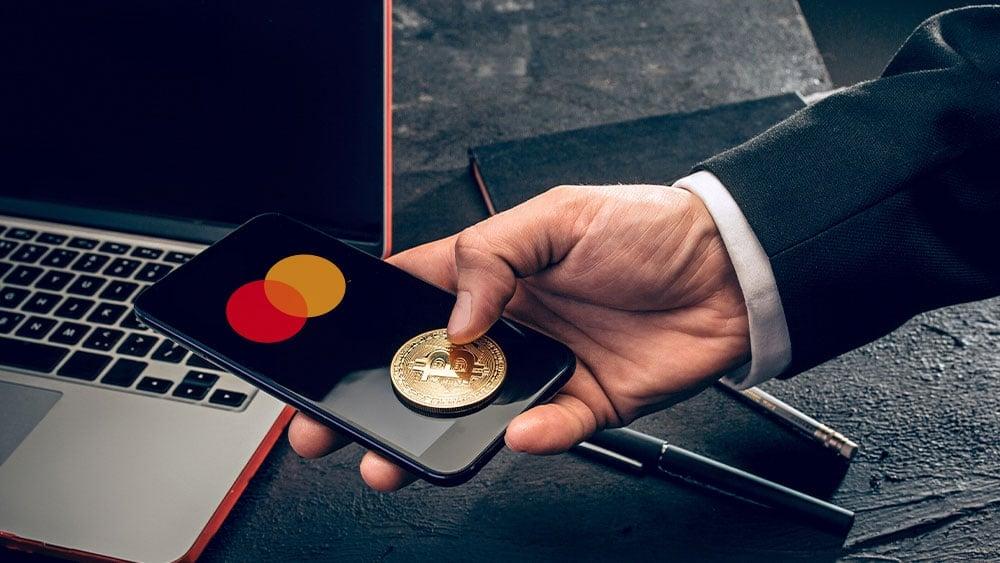 Mastercard considera que los millennials son el principal segmento que apoya a bitcoin. Composición por CriptoNoticias Fuentes:  master  /  elements.envato.com  ;  mastercard /  mastercard.com.ar .