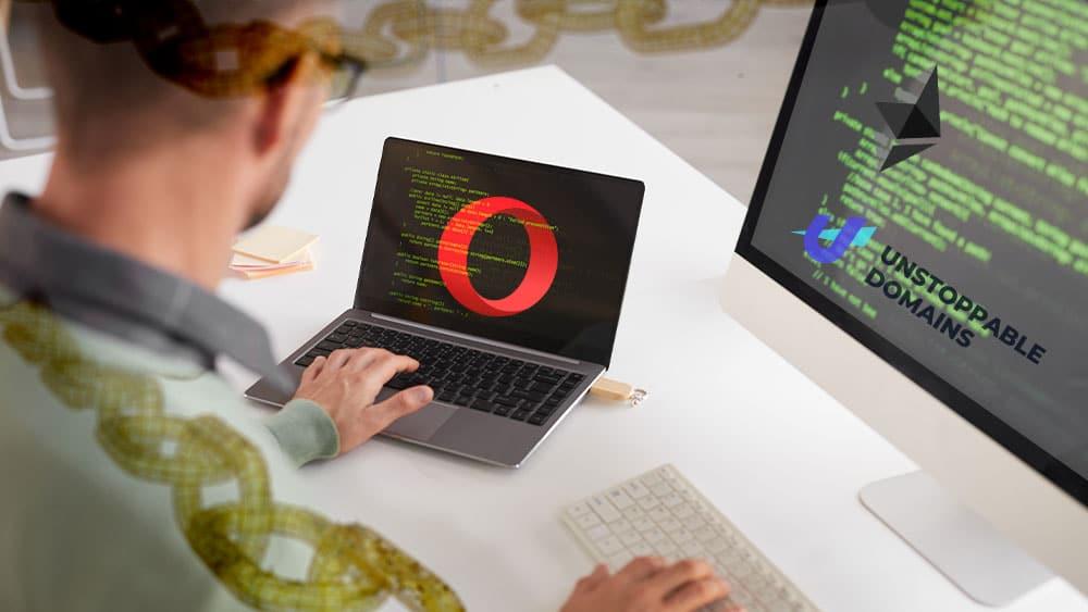 Hombre frente a dos pantallas de códigos con los logos de Opera, Unstoppable Domains y Ethereum rodeado de cadenas de blockchain.