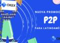 Persona con cartel de OKEx y su promoción P2P