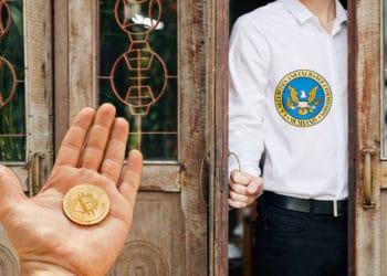 Hombre con logo de sec abriendo puerta a bitcoins.