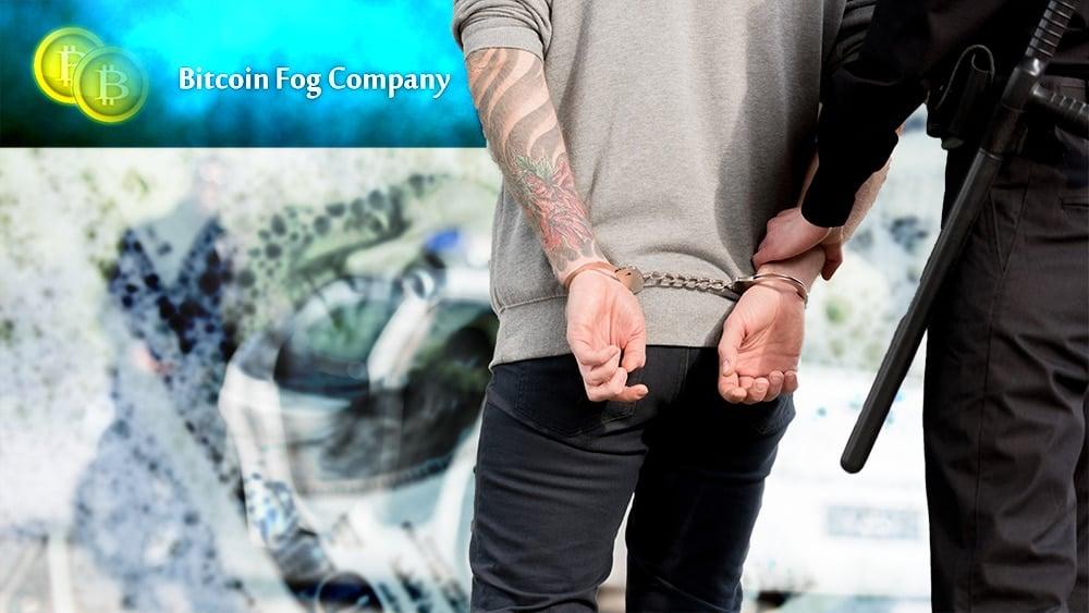Policía arrestando a hombre con billetes de dólar en jabón y logo de Bitcoin Fog en el fondo. Composición por CriptoNoticias. simonida / elements.envato.com; Bitcoin Fog / bitcoinfogblog.wordpress.com; LightFieldStudios / elements.envato.com.