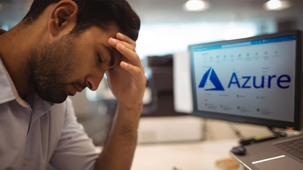 Persona frente a computadora, pantalla de Azure.