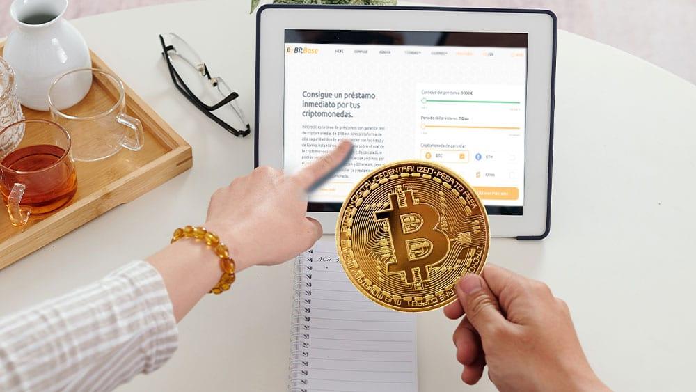 Personas usando tablet con Bitbase en la pantalla, bitcoin en mano.