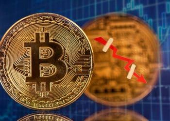Bitcoin con flecha en caída.