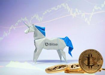Unicornio de origami con logo de Bitso, unas bitcoins en el suelo y gráfico bursátil.