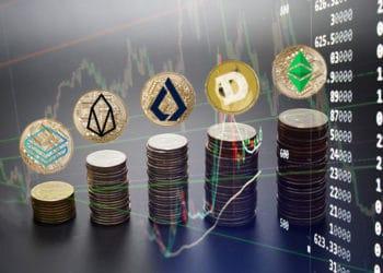 Pilas de monedas con logos de ethereum classic, dogecoin, lisk, eos, stratis con fondo de gráfico.