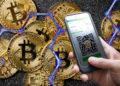 Criptomonedas y bitcoins con red hexagonal azul y mano con celular con BTCpay