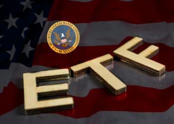 Siglas ETF sobre bandera de USA y logo de SEC.