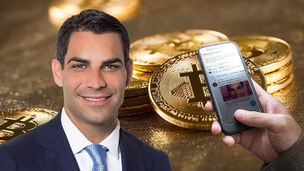 Alcalde Francis Suarez y mano que muestra tuir del mismo sobre fondo de bitcoins.
