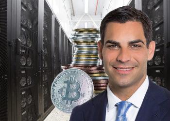 Francis Suarez en granja minera con pila de bitcoins.