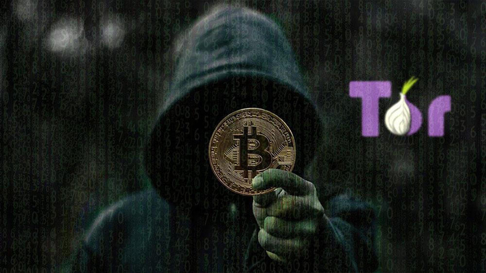 Hacker con bitcoin en mano y logo de Tor al lado.