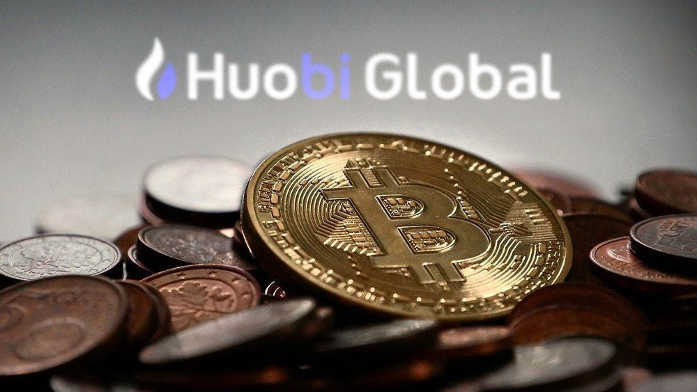 Bitcoins y logo de Huobi Global.