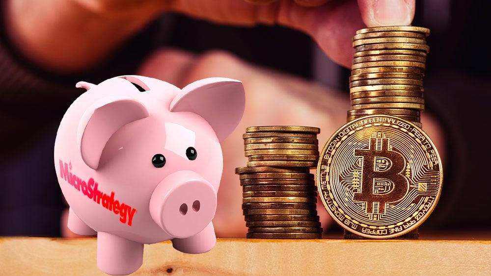 Pila de bitcoins y alcancía con logo de Microstrategy
