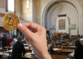 """""""Si la enmienda se convierte en Ley, bancos, comercios y aseguradoras de Nebraska pronto podrán aceptar Bitcoin."""". Fuentes:  nebraskalegislature  ;  pngegg.com  ;  Johnstocker  /  elements.envato.com ."""