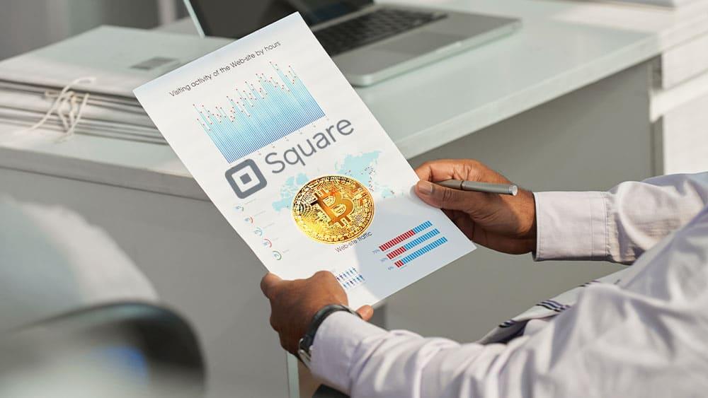 Resultados financieros con logo de Square y bitcoin.
