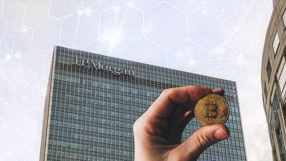 Edificio de JP Morgan con red hexagonal de fondo y mano sosteniendo bitcoin.
